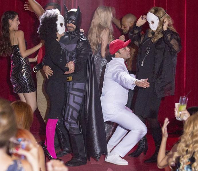 N palco da boate, Fedora descobre que o dançarino é Leozinho (Foto: Ellen Soares/Gshow)