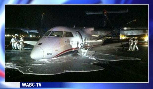 Aeronave pousou de barriga na madrugada deste sábado (18) no aeroporto de Newark, nos Estados Unidos. Ninguém ficou ferido (Foto: WABC TV/AP)