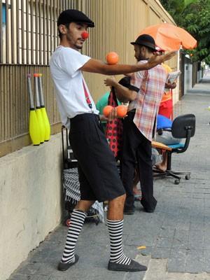 Diógenes começou a praticar malabares nos encontros organizados por Wally (Foto: Marina Barbosa / G1)
