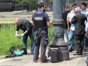 Cabeça é achada dentro de saco na Praça da Sé, em São Paulo, nesta quinta-feira (27). Polícia vai apurar se ela pertence a um corpo achado no domingo (23) (Foto: Adriano Lima/Agência O Dia/Estadão Conteúdo)