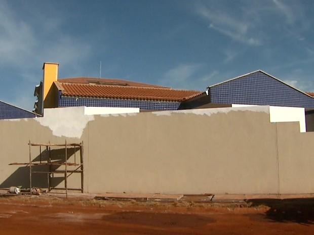 Escola infantil no Heitor Rigon deveria ter sido entregue em outubro do ano passado (Foto: Paulo Souza/EPTV)