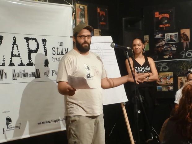Beto Bellinatti, 32 anos, durante apresentação no ZAP! Slam (Foto: Eduardo Pereira/G1)