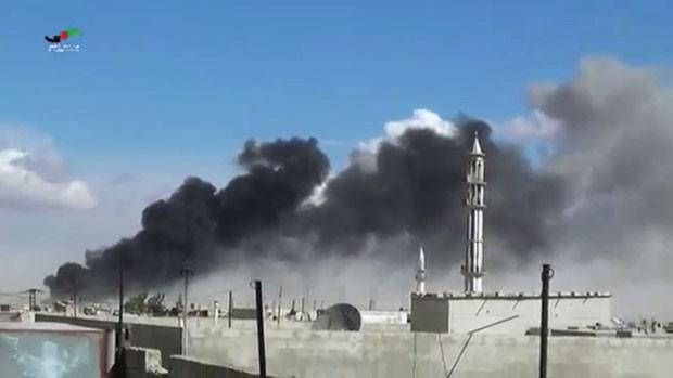Fumaça é vista sobre Talbiseh, na província de Homs, após ataque aéreo nesta quarta-feira (30) (Foto: Centro de Prensa de Homs/AP)