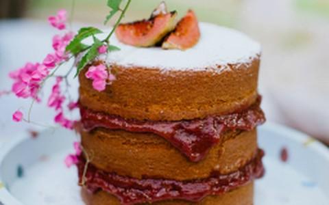 Naked cake de fubá com goiabada