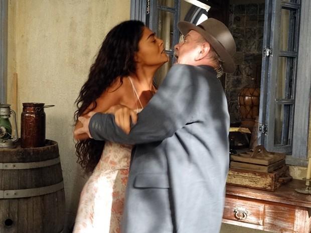 Coronel Ribeirinho invade a casa de Nacib e agarra Gabriela à força (Foto: Divulgação/TV Globo)
