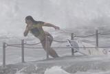 Surfista australiana sofre acidente no mar e passa momentos de sufoco