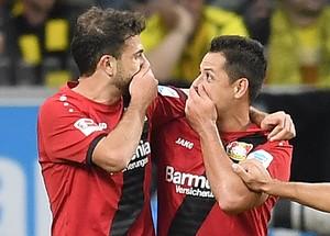 Chicharito e Mehmed conversam na comemoração do gol do Bayer Leverkusen (Foto: AP Photo/Martin Meissner)
