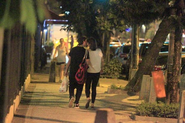 Caio Castro e Maria Casadevall se beijam pelas ruas do Rio (Foto: Delson Silva / AgNews)
