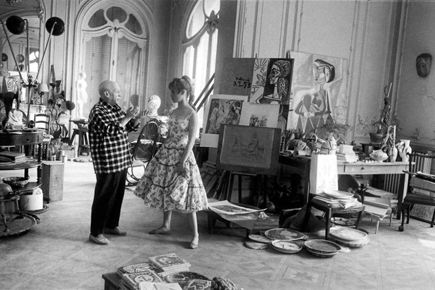 Pablo Picasso conversando com Brigitte Bardot, em seu estúdio em Cannes, em 1956. (Foto: Reprodução)