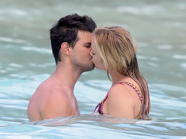 Billie Lourd e Taylor Lautner (Foto: Grosby Group)