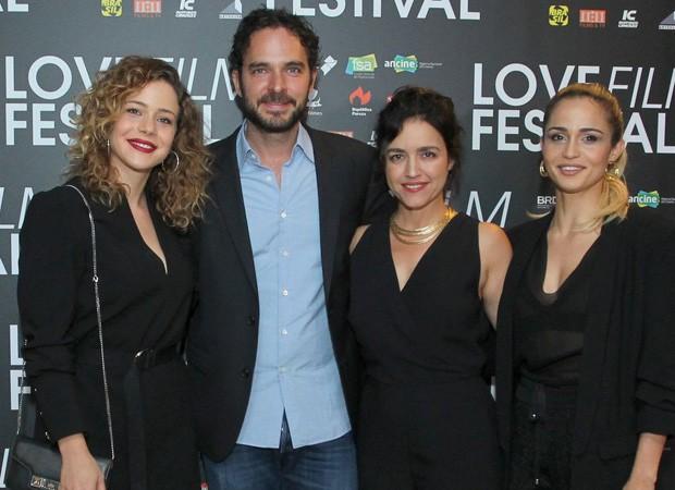Leandra Leal e Nanda Costa recebem famosos em lançamento de filme