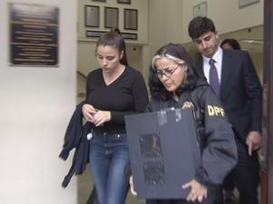 Mulher foi levada para a Delegacia de Polícia Federal, em Santos (Foto: Reprodução/TV Tribuna)