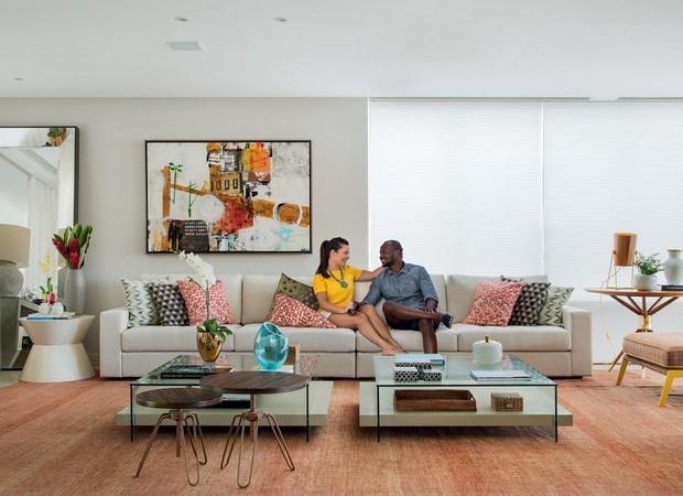 877e592b02b Tons de laranja pontuam uma das salas da casa da atriz Fernanda Souza e do  cantor