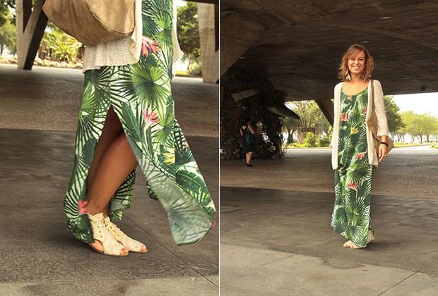 À LA CARIOCA: a coordenadora de estilo da Blue Man Maruska Gemelli combinou rasteirinha e maxibolsa no tom bege com o vestido da marca na qual trabalha. (Foto: Henrique Padilha)