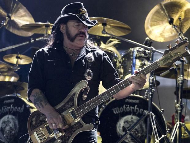 Lemmy, considerado uma 'lenda viva' do rock, comanda a legião de roqueiros em noite de peso no palco Mundo (Foto: Felipe Dana/AP)