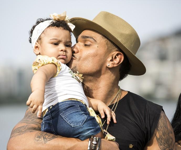Naldo é só chamego com Maria Victória, sua filhinha de nove meses (Foto: Ellen Cardoso / Gshow)