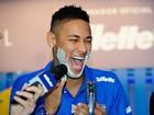 Neymar faz a barba e posa com fã mirim em evento no Guarujá