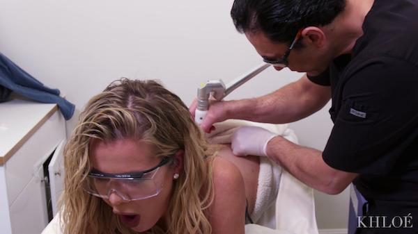 Khloé Kardashian durante a remoção de sua tatuagem (Foto: YouTube)
