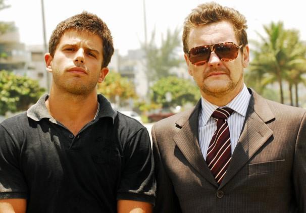 Zeca (Duda Nagle) e Cesar (Antonio Calloni) são filho e pai na novela Caminho das Índias (Foto: CEDOC Globo)