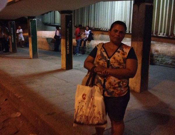 Maria de Lourdes acredita que as pessoas se anteciparam aos problemas ou não conseguiram ir ao trabalho, deixando os pontos e terminais esvaziados à noite (Foto: Vitor Tavares/G1)