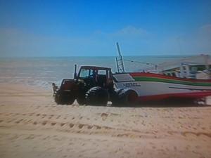 Pescadores precisam pagar um trator para puxar a embarcação até a areia (Foto: Reprodução/InterTv RJ)
