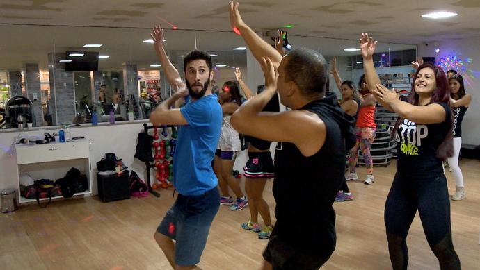 Diego se jogou na dança durante a aula de FitDance (Foto: Divulgação / TV Gazeta ES)