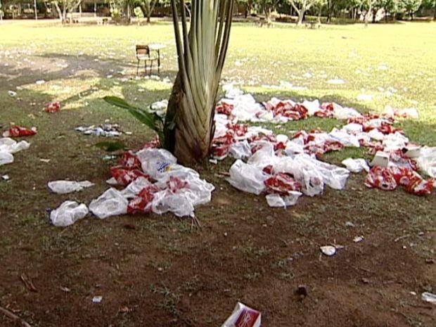 Sujeira deixada pela festa no campus da Ufes em Goiabeiras. (Foto: Reprodução/TV Gazeta)