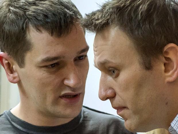 Alexei Navalny (direita) ouve o irmão Oleg durante o anúncio de seu veredito em uma corte em Moscou (Foto: AFP Photo/Dmitry Serebryakov)