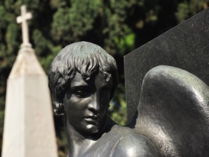 Anjo de escultor auto-didata, Rafael Galvez, guarda túmulo no Cemitério do Araçá (Foto: Fabiano Correia/ G1)