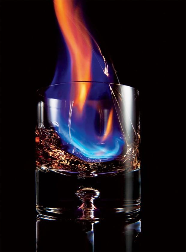 Fogo etílico: drinques com chamas ganham espaço na coquetelaria  (Foto: Dan Forbes)