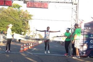 Esther Chesang Kakuri vence a prova feminina da 16ª Corrida Internacional 9 de Julho (Foto: Ivonisio Júnior)