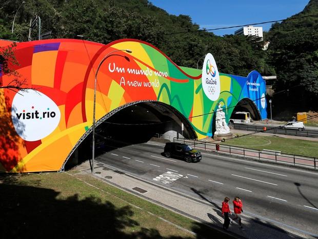Um banner gigante dos Jogos Olímpicos Rio 2016 é visto do lado de fora do túnel que conecta os bairros de Copacabana e Botafogo na zona sul do Rio de Janeiro (Foto: Sergio Moraes/Reuters)