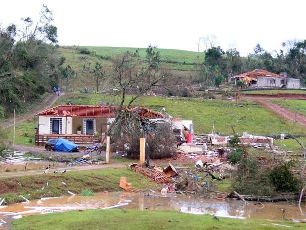 Depois do tornado, moradores de áreas atingidas pelo mau tempo começam a voltar para casa em Francisco Beltrão (PR) (Foto: Prefeitura de Francisco Beltrão / Divulgação)