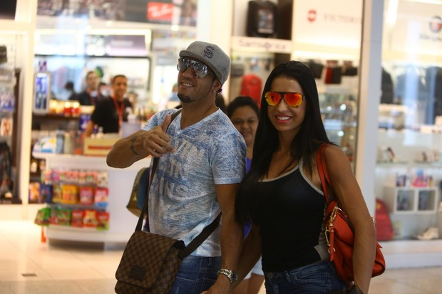 Belo e Gracyanne Barbosa no aeroporto (Foto: Marcello Sá Barretto / Agnews)