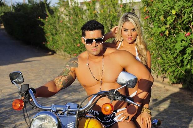 Aryane Steinkopf posa com o namorado em moto (Foto: Divulgação)