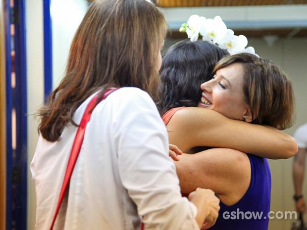 Natália do Vale cumprimenta Helena Ranaldi enquanto Julia Lemmertz aguarda seu abraço (Foto: Carol Caminha/ TV Globo)