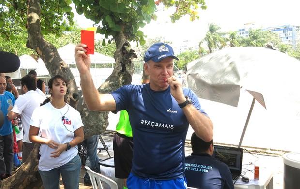Bernardinho mostra cartão para Athirson (Foto: Fabio Leme)