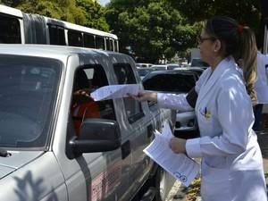 Informativos com reinvindicações foram entregues aos motorista que passavam no local (Foto: Simeam/Divulgação)