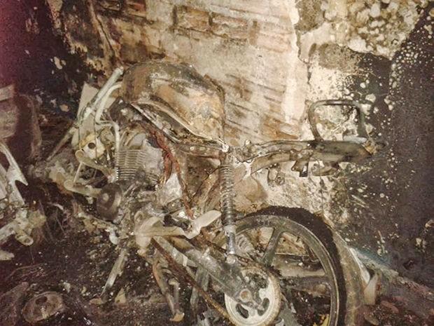 Veículos destruídos pertenciam a policiais militares. (Foto: Água Boa News)