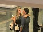 Fiorella Mattheis troca carinhos com o marido em shopping do Rio
