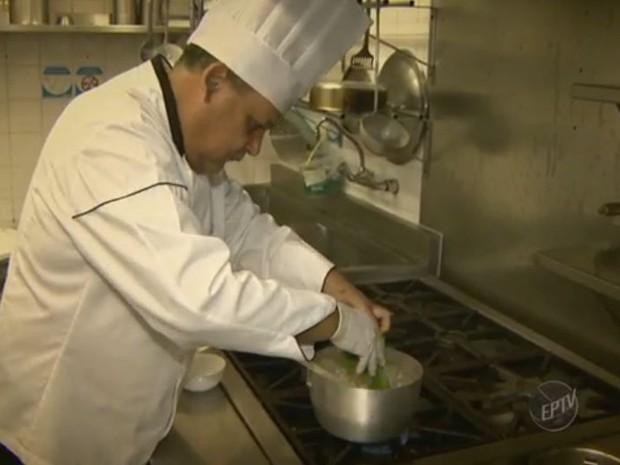 Há oportunidades para cozinheiro  (Foto: Reprodução/EPTV)
