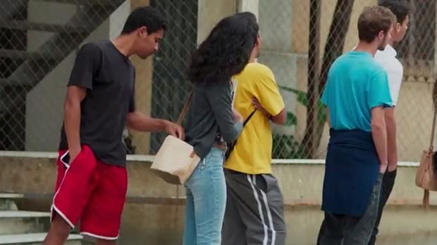 Malhação: Joana é furtada em ponto de ônibus; prévia (divulgação)