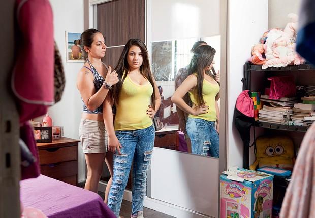 ROLEZINHO NUNCA MAIS A lojista Paula Mariotti e a filha, Malu. A menina foi escondida e levou um susto com o tumulto (Foto: Marcelo Min/Fotogarrafa/ÉPOCA)