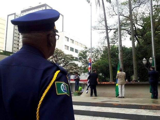 Ato cívico  de Sete de Setembro começou com hasteamento de bandeiras em Piracicaba (Foto: Claudia Assencio/ G1)
