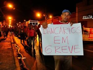 Em passeata, bancários entraram em seu segundo dia de greve. (Foto: Renê Dióz/G1)