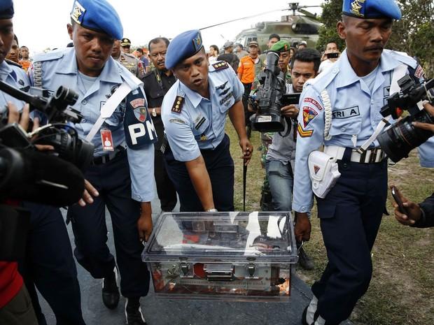 Militares indonésios carregam caixa-preta do voo 8501 da AirAsia na base aérea de Pangkalan Bun, após o equipamento ser retirado do mar e levado a terra (Foto: Darren Whiteside/Reuters)