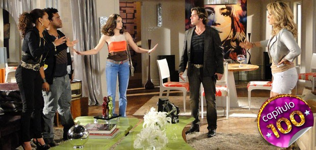 Cida tenta melhorar os ânimos entre elas (Foto: Cheias de Charme / TV Globo)