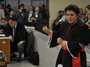 23.nov.2012 - A advogada Carla Silene, que defende Fernanda Gomes de Castro, apresenta suas alegações no Tribunal do Júri de Contagem (Foto: Vagner Antônio/TJMG)