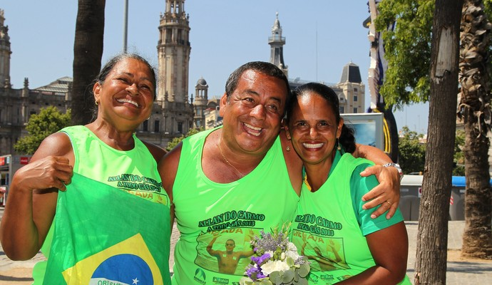 Família de Allan do Carmo, da maratona aquática, no Mundial de Barcelona (Foto: Satiro Sodré / SS Press)