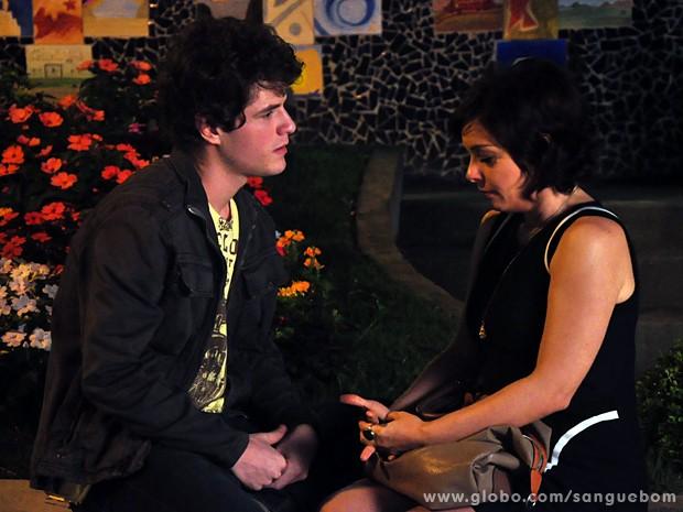 Vinny consola Renata (Foto: Jacson Vogel / TV Globo)
